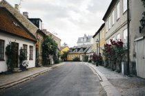 Empty street amidst residential buildings — Stock Photo