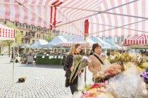 Donne mature che comprano fiori — Foto stock