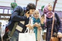 Jeunes amis utilisant des téléphones intelligents — Photo de stock