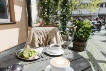 Food and coffee served at sidewalk cafe — Stock Photo