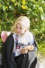 Nettes Mädchen auf dem Feld — Stockfoto