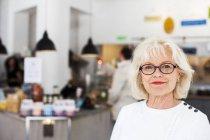 Mulher sênior no restaurante — Fotografia de Stock