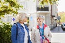 Frauen in Führungspositionen reden auf Straße — Stockfoto