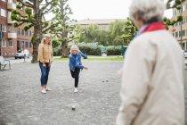Mujeres mayores jugando a la petanca - foto de stock