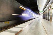 Поезд, достигающий платформы — стоковое фото