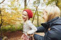 Feliz madre e hija - foto de stock