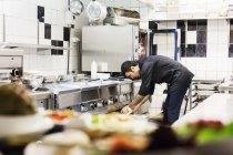 Мужчины шеф-повар, работающих в кухне в ресторане — стоковое фото