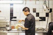 Männliche Koch arbeitet in Küche im restaurant — Stockfoto