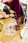 Rojo vino siendo vertido en vidrio - foto de stock