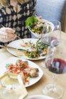Женщина принимает пищу в ресторане — стоковое фото