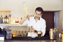 Bartender making drink at counter — Stock Photo