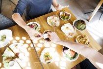 Paar mit Mittagessen im restaurant — Stockfoto
