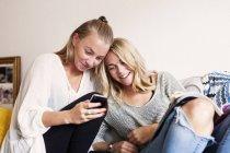 Jeunes femmes utilisant le téléphone — Photo de stock