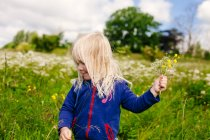 Girl holding flowers — Stock Photo