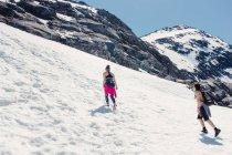 Туристи ходіння по снігу покриті гори — стокове фото