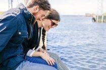 Пара, яка сидить на пірсі — стокове фото
