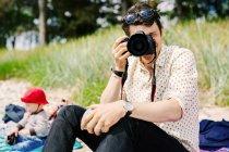 Man photographing using camera — Stock Photo