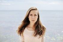 Porträt einer jungen Frau — Stockfoto