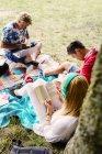 Amici di studenti studia all'aperto — Foto stock