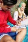 Uomo scrivendo nel diario — Foto stock