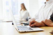 Étudiant avec ordinateur portable dans la salle de classe — Photo de stock