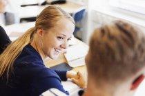 Giovani studenti che studiano nell'aula — Foto stock