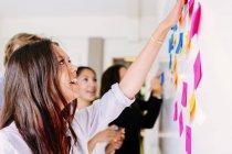 Colleghi d'affari brainstorming — Foto stock