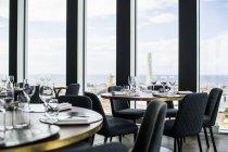 Tische und Stühle im restaurant — Stockfoto