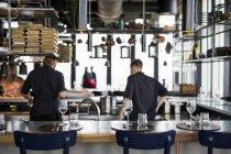 Chefs cocinando comida en la cocina - foto de stock