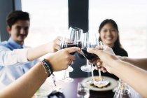 Amis griller avec du vin rouge — Photo de stock