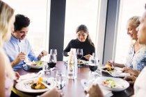 Amigos tendo refeição no restaurante — Fotografia de Stock