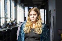 Porträt einer jungen Frau im Restaurant — Stockfoto