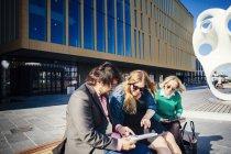 Gens d'affaires discutant sur tablette — Photo de stock