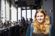 Porträt der jungen Frau im restaurant — Stockfoto