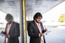 Uomo d'affari in piedi e scrivere sul documento — Foto stock