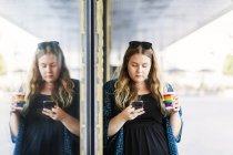 Young woman using mobile phone — Stock Photo
