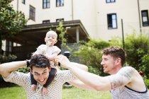 Gay casal jogar com bebê menina — Fotografia de Stock