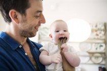 Père en regardant bébé mord fourche — Photo de stock