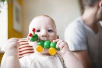Jouet qui piquent de joli bébé fille — Photo de stock
