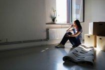 Женщина пьет кофе в новом доме — стоковое фото