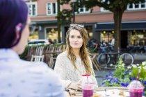 Frauen sitzen im Straßencafé — Stockfoto