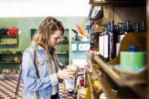 Jeune femme, shopping à la boutique — Photo de stock