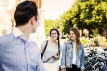 Amis avec des vélos marchant dans la rue — Photo de stock