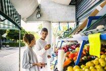 Paar kaufen Obst und Gemüse — Stockfoto