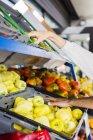 Пара покупать фрукты и овощи — стоковое фото