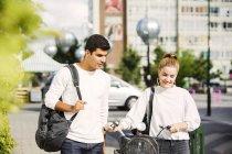 Couple walking on street — Stock Photo