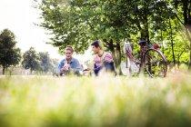 Pranzo di coppia al parco — Foto stock