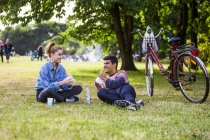 Couple eating lunch at park — Stock Photo