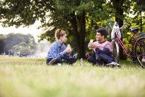 Casal almoçando no parque — Fotografia de Stock