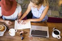Due freelance che fanno piani — Foto stock